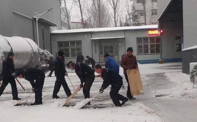 大家齐心协力共同扫雪