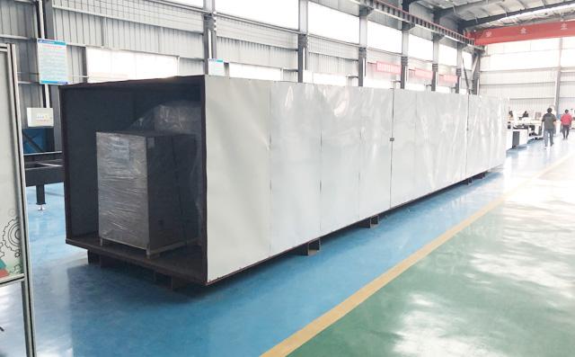两台金属激光切割机进行装箱,将要出口国际