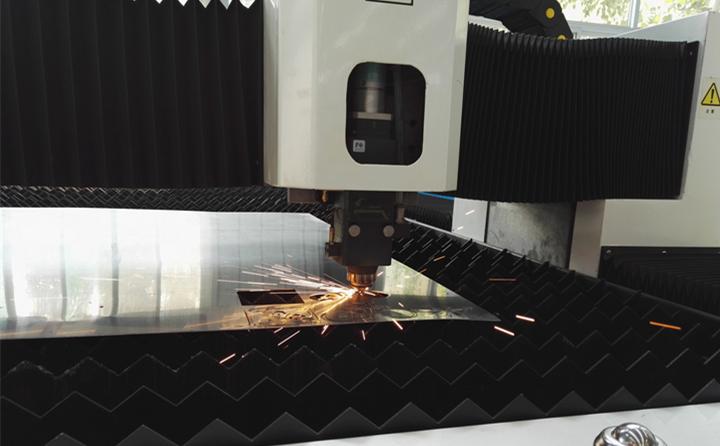 光纤激光切割机进行切割