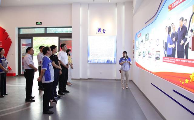 集团工会副主席雷广妮向全国总工会领导介绍了公司的发展情况
